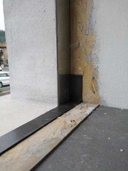 montaggio-finestra-guarnizione-davanzale